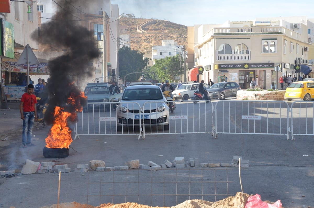 Tunisians stage a protest in demand of employement at foreign companies' oil-wells in Tataouine, Tunisia on April 3, 2017. ( Tasnim Nasri - Anadolu Agency )