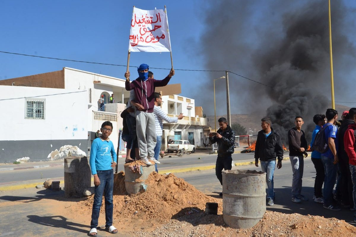 Tunisians stage a protest in demand of employement at foreign companies' oil-wells in Tataouine, Tunisia on 3 April, 2017 [Tasnim Nasri/Anadolu Agency]