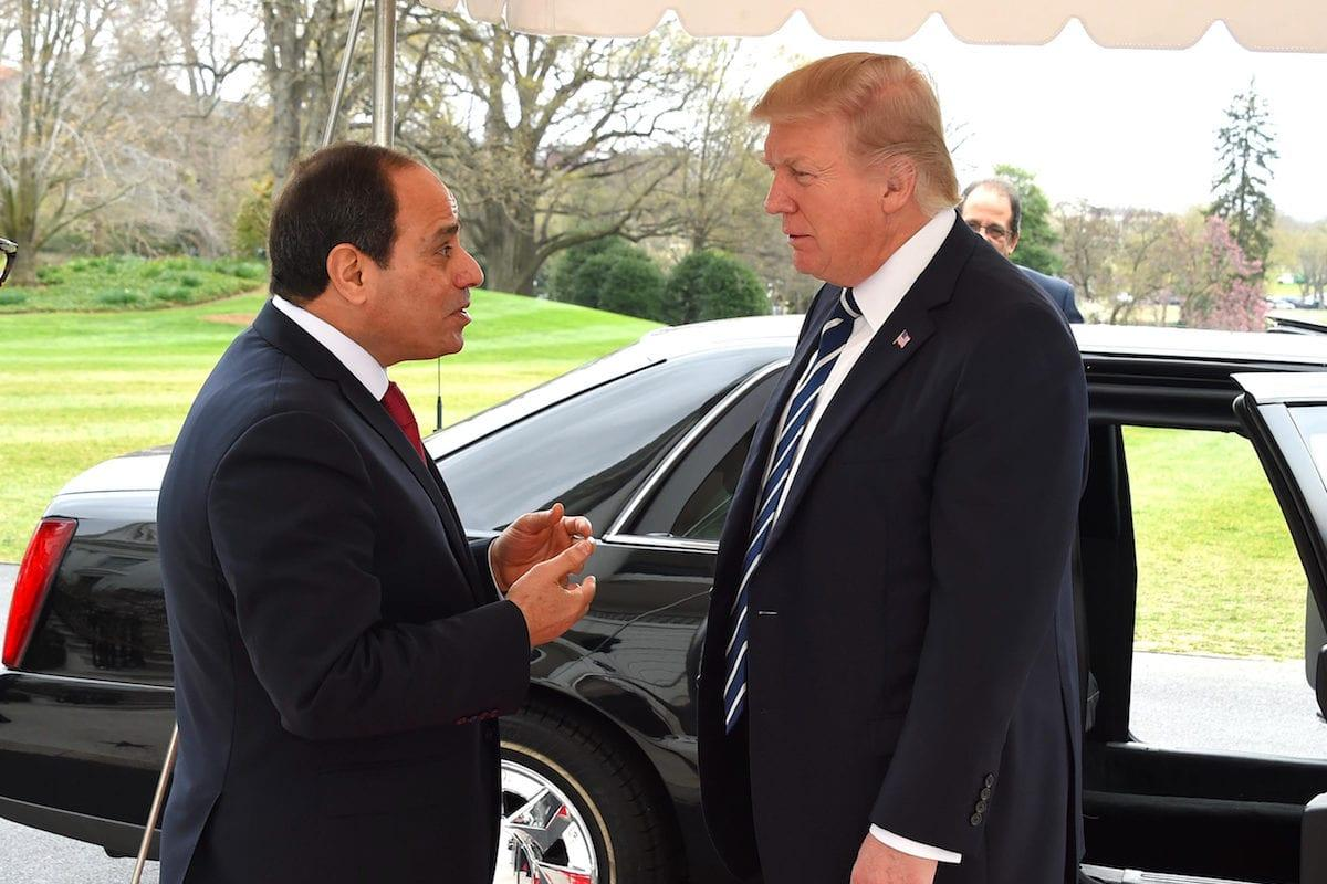 U.S. President Donald Trump (R) welcomes Egyptian President Abdel Fattah el-Sisi before their meeting at the White House in Washington, United States on April 3, 2017 (Presidency of Egypt / Handout - Anadolu Agency )