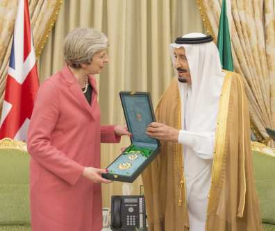 Saudi Arabia's King Salman bin Abdulaziz Al Saud (R) gives Order of King Abdulaziz to UK Prime Minister Theresa May (L)  in Riyadh, Saudi Arabia on 5 April, 2017 [Bandar Algaloud/Anadolu Agency]