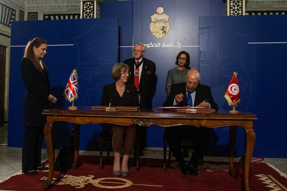 Tunisia's Central Bank Chairman Chedly Ayari (R) and British Ambassador Louise De Sousa (R) sign a cooperation agreement between the two countries in Tunis, Tunisia on 11 April, 2017 [Amine Landoulsi/Anadolu Agency]