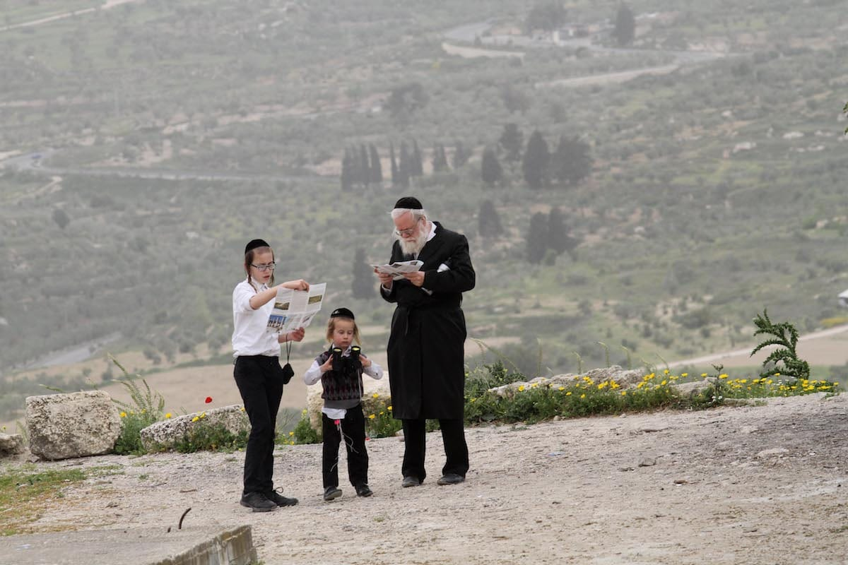 Israeli Jews are seen during the Passover in the occupied West Bank city of Nablus on 12 April 2017. [Nedal Eshtayah - Anadolu Agency]