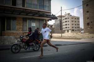 "Palestinians take part in a ""symbolic marathon"" ahead of the ""Palestinian Prisoners' Day"" in Gaza City, Gaza on April 15, 2017. ( Ali Jadallah - Anadolu Agency )"