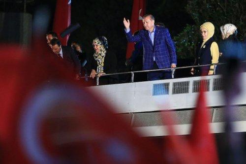Turkish President Recep Tayyip Erdogan and his wife Emine Erdogan greet the citizens following the preliminary results of Turkey's constitutional referendum in Istanbul, Turkey on April 16, 2017 [ Ahmet Dumanlı/Anadolu Agency]