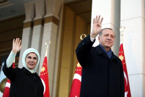 Turkish President Recep Tayyip Erdogan (R) and his wife Emine Erdogan (L) greet the crowd after the results of the referendum at the Presidential Complex in Ankara, Turkey on April 17, 2017 [Turkish Presidency / Yasin Bulbul - Anadolu Agency]