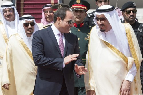 Egyptian President Abdel Fattah al-Sisi (L) is welcomed by Saudi Arabia's King Salman bin Abdulaziz Al Saud (R) with an official ceremony in Riyadh, Saudi Arabia on April 23, 2017 [Bandar Algaloud / Saudi Kingdom Council / Handout]