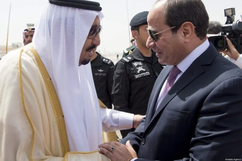 Egyptian President Abdel Fattah al-Sisi (R) is welcomed by Saudi Arabia's King Salman bin Abdulaziz Al Saud (L) with an official ceremony in Riyadh, Saudi Arabia on 23 April, 2017 [Bandar Algaloud / Saudi Kingdom Council / Handout]