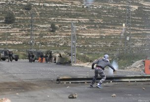 Protesters clash with Israeli soldiers during a demonstration in response to a call for support of Palestinian prisoners held in Israeli jails near Beit El checkpoint in Ramallah, West Bank on April 27, 2017. ( Issam Rimawi - Anadolu Agency )