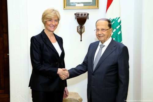 Italian Defense Minister Roberta Pinotti (L) shakes hands with the President of Lebanon Michel Aoun (R) in Beirut, Lebanon on April 3, 2017 (Lebanon Presidency / Handout - Anadolu Agency )
