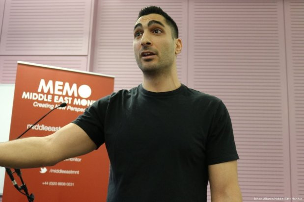 Image of Remi Kanazi, an American-Palestinian spoken word artist, performing one of his poems on 10 April 2017 [Jehan Alfarra/Middle East Monitor]