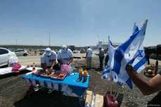 Settlers set up barbeques outside Ofer Prison while Palestinian prisoners held inside continue the forth day of their hunger strike to demand their basic rights on 20 April 2017 [24FM/Facebook]
