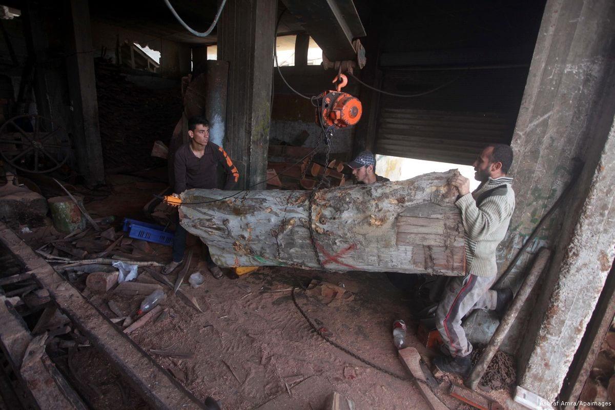 Image of Palestinian workers preparing wood in Gaza on 18 April 2014 [Ashraf Amra/Apaimages]