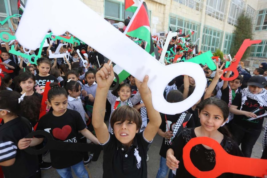 Palestinian children hold model keys symbolizing the houses which Palestinians left as part of the Nakba, during a demonstration marking the 69th anniversary of Nakba, also known as Day of the Catastrophe in 1948, Ramallah, West Bank on 15 May 2017. [Issam Rimawi - Anadolu Agency]