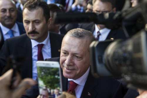Turkish President Recep Tayyip Erdogan greets supporters outside of the Turkish Ambassadors Residence in Washington, USA on May 16, 2017 [Samuel Corum / Anadolu Agency]