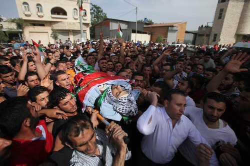 Palestinians carry the body of 23-year-old Palestinian, Moutaz Bani Shamsah, who was shot dead by Israeli settlers in Nablus, West Bank on 18 May 2017 [Nedal Eshtayah/Anadolu Agency]