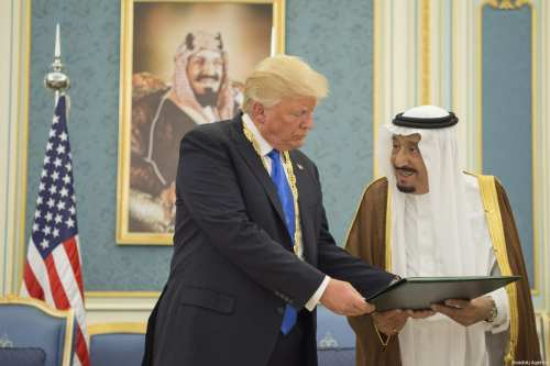 Saudi Arabia's King Salman bin Abdulaziz Al Saud (R) presents state medal to U.S. President Donald Trump (L) at Al-Yamamah Palace in Riyadh, Saudi Arabia on 20 May, 2017 [Bandar Algaloud /Anadolu Agency]