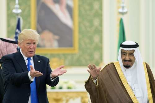 U.S. President Donald Trump (L) and Saudi Arabia's King Salman bin Abdulaziz Al Saud (R) in Riyadh, Saudi Arabia [Bandar Algaloud/Saudi Royal Council/Anadolu Agency]