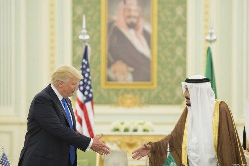 US President Donald Trump (L) meets with Saudi Arabia's King Salma in Riyadh, Saudi Arabia on 20 May 2017 [Bandar Algaloud/Saudi Royal Council]