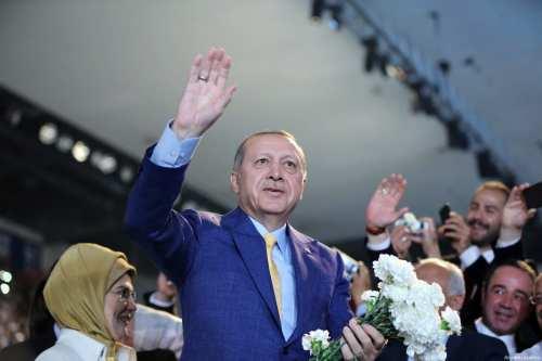 Turkish President Recep Tayyip Erdogan (R) greets supporters in Ankara, Turkey on May 21, 2017 [Hakan Göktepe / Anadolu Agency]
