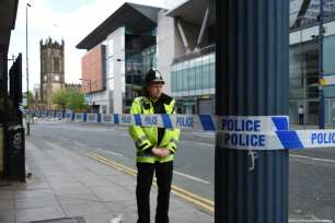 Police close off the area outside Arndale Shopping Centre in Manchester, England on 23 May 2017. [Behlül Çetinkaya/Anadolu Agency]