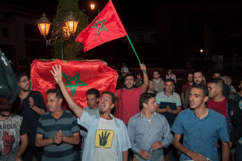 Hundreds of demonstrators hold placard as they take part in a demonstration to show their solidarity with people who were arrested, at parliamentary building in Rabat, Morocco on 28 May, 2017 [Jalal Morchidi/ Anadolu Agency]