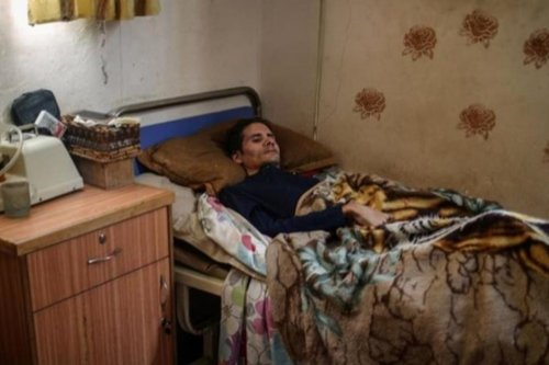 Yahya Hameed, who is completely paralysed, has been forced to stop using his medical electric bed because of the electricity crisis in Gaza on 30 May, 2017 [Assabeel.net]