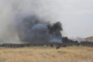 Israeli forces shot at Palestinian protesters in the Gaza Strip on 19 May 2017 [Mohammed Asad/Middle East Monitor]