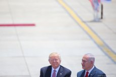 US President Donald Trump (L) is welcomed by Israeli Prime Minister Benjamin Netanyahu (R) in Tel Aviv on May 22, 2017 [Daniel Bar On/Anadolu Agency]