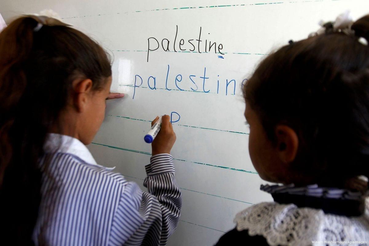 Palestinian students in Hebron, West Bank on 25 October 2016 [Wisam Hashlamoun/Apaimages