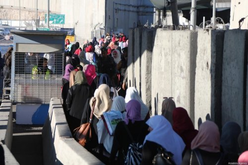 Palestinian worshippers, wait in a queue from early hours to move for passing through the Qalandiya checkpoint from Ramallah into Jerusalem after Israeli authorities let the Palestinians, to cross into Jerusalem to attend the third Friday prayer of Muslim holy month of Ramadan at the Al-Aqsa Mosque, in Jerusalem on June 16, 2017 [Issam Rimawi / Anadolu Agency]