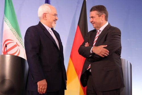German Foreign Minister Sigmar Gabriel (R) and Iranian Foreign Minister Javad Zarif (L) hold a joint press conference in Berlin, Germany on 27 June, 2017 [Erbil Başay/Anadolu Agency]