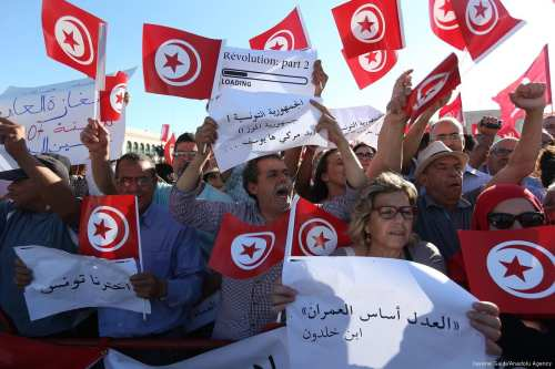 Supporters of Tunisian Prime Minister Youssef Chahed attend a demonstration against corruption in Tunis, Tunisia on May 26, 2017 [Yassine Gaidi/Anadolu Agency]