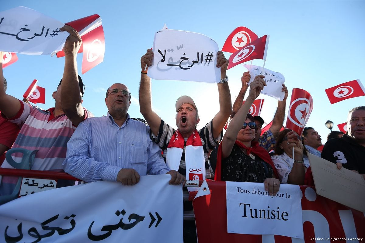 Supporters of Tunisian Prime Minister Youssef Chahed gather to demonstrate in support of struggles against corruption in Tunis, Tunisia on May 26, 2017 [Yassine Gaidi/Anadolu Agency]