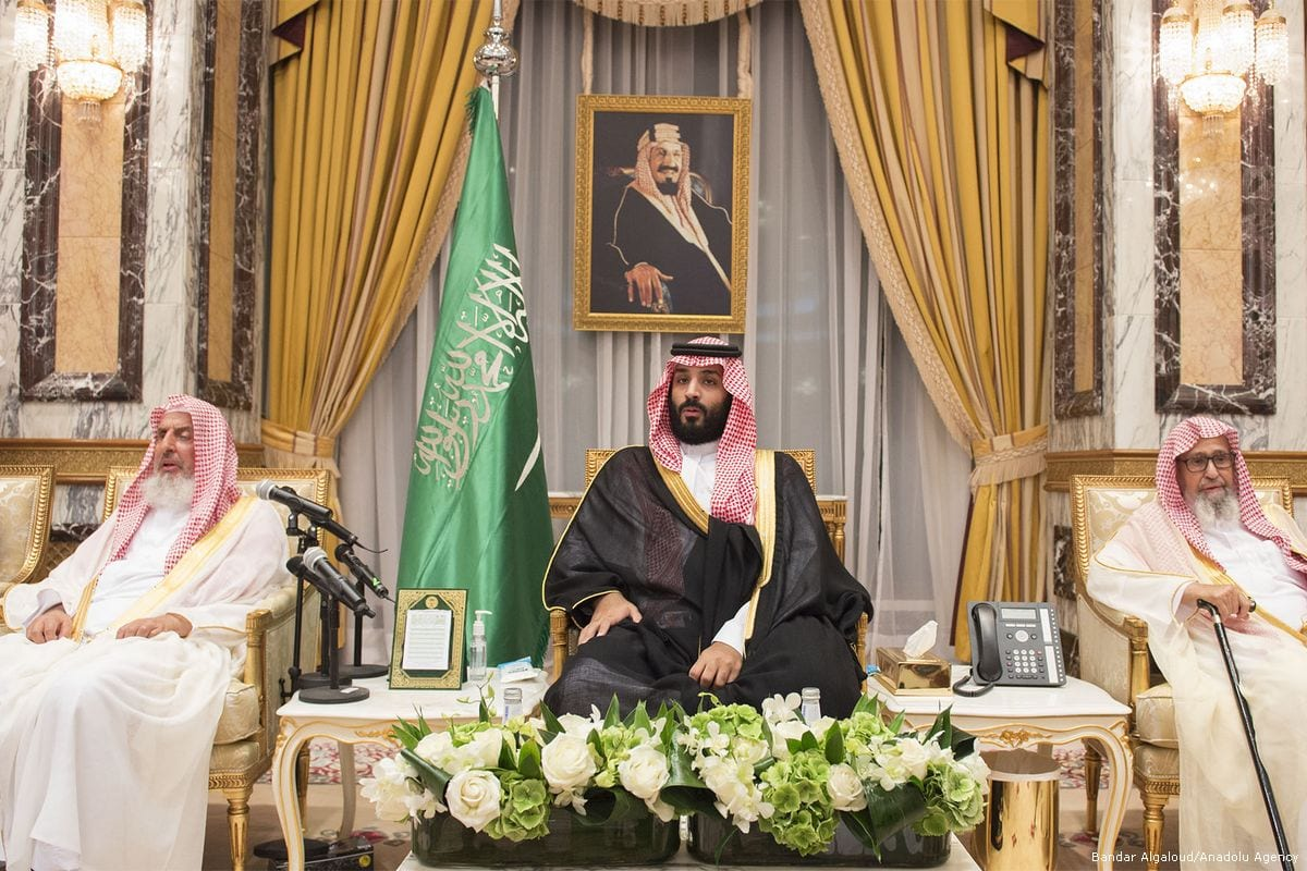 Mohammad bin Salman (C) attends a ceremony to crown him as the successor of the throne in Mecca, Saudi on 21 June 21, 2017 [Bandar Algaloud/Anadolu Agency]