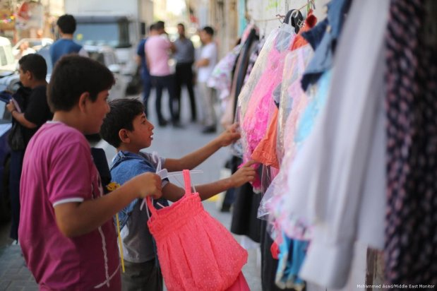Gazans have been encouraged to give what they can at the 'Wall of Blessings' to support those in need on 23 June 2017 [Mohammed Asad/Middle East Monitor]