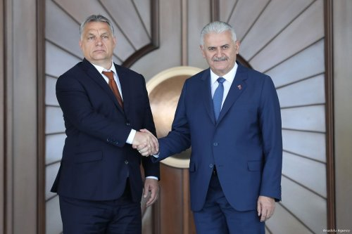 Turkish Prime Minister Binali Yildirim (L) welcomes Hungary's Prime Minister Viktor Orban (2 L) in Ankara, Turkey on 30 June 2017 [Turkish Prime Ministry /Mustafa Aktas Handout/Anadolu Agency]