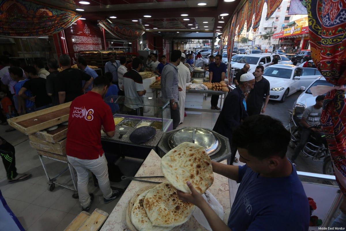 Gaza bakers bake Afghan tamees bread, in Gaza June 17, 2017 [Mohammed Asad / Middle East Monitor]