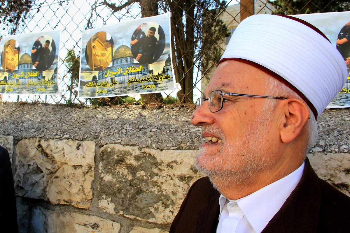 Head of the Supreme Islamic Council, Sheikh Ikrima Sabri takes part in a protest to show solidarity with two Palestinian children, Muawiya Alqam,14, and his brother Ali,11, during their trial, outside an Israeli court in Jerusalem on January 6, 2016 [Mahfouz Abu Turk / ApaImages]