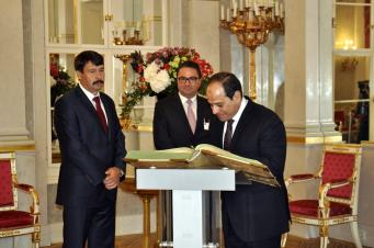 President of Egypt, Abdel Fattah el-Sisi (R) signs the guest book during his meeting with Hungarian President Janos Ader (L) at the Sandor Palace in Budapest, on 3 July, 2017 [Mehmet Yılmaz/Anadolu Agency]