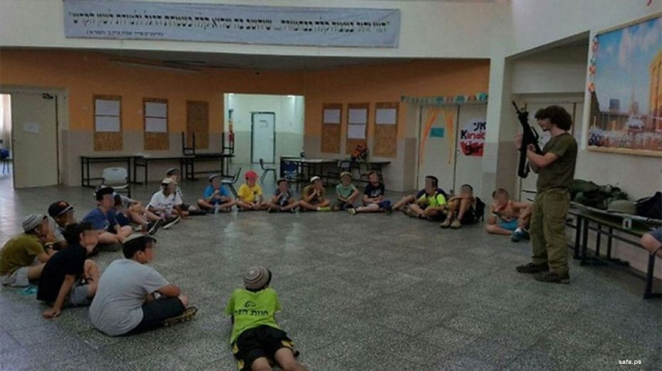 Israeli settler children are trained on how to use weapons. [Image: Safa.ps]