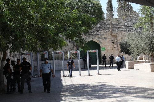 Israeli security forces set up metal detectors at the entrance of Al Aqsa Mosque after the Israeli authorities closed Jerusalem's flashpoint Al-Aqsa mosque compound on Saturday following a shootout that left five people dead, in Jerusalem on July 16, 2017. [Mostafa Alkharouf - Anadolu Agency]