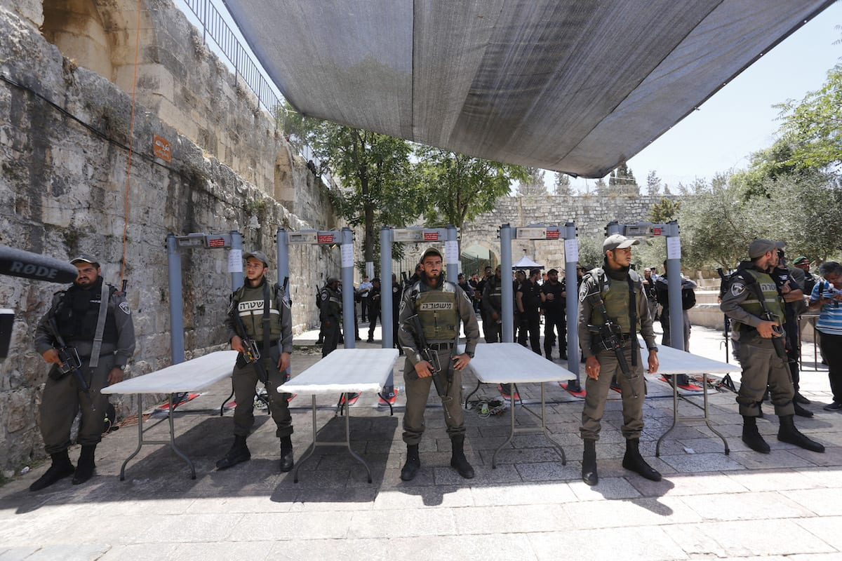 Israel removes detectors from holy site
