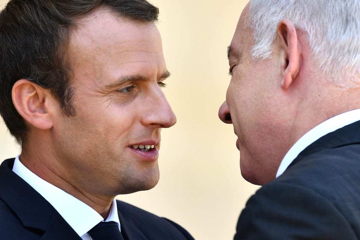 French President Emmanuel Macron (L) welcomes Israeli Prime Minister Benjamin Netanyahu (R) in Paris, France on 16 July 2017 [Mustafa Yalçın/Anadolu Agency]