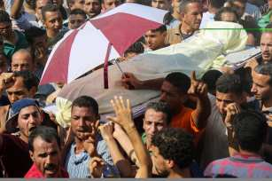 People shout slogans during the funeral ceremony of Ali El Gizavi. who died during clashes between Egyptian security forces and protesters in Cairo, Egypt on 16 July 2017 [İbrahim Ramadan /Anadolu Agency]