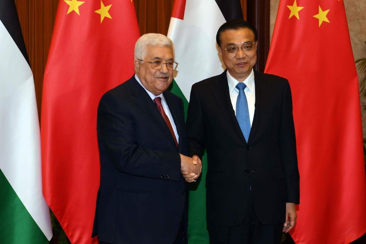 Palestinian President Mahmoud Abbas (L) shakes hands with President of China Xi Jinping (R) in Beijing, China on 18 July, 2017 [Palestinian Presidency/ Handout/Anadolu Agency]