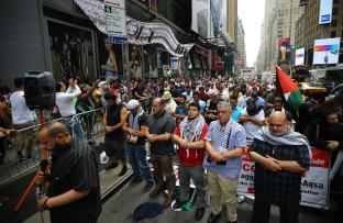 Demonstrators pray during a protest against Israel's violations on Al-Aqsa Mosque in New York, US on 22 July 2017 [Volkan Furuncu/Anadolu Agency]