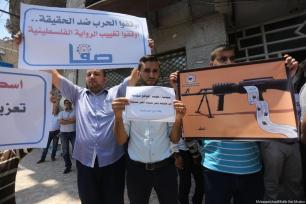 Journalists demonstrate in Gaza after the Palestinian Authority censors 30 news sites on 30 June 2017 [Mohammed Asad/Middle East Monitor]