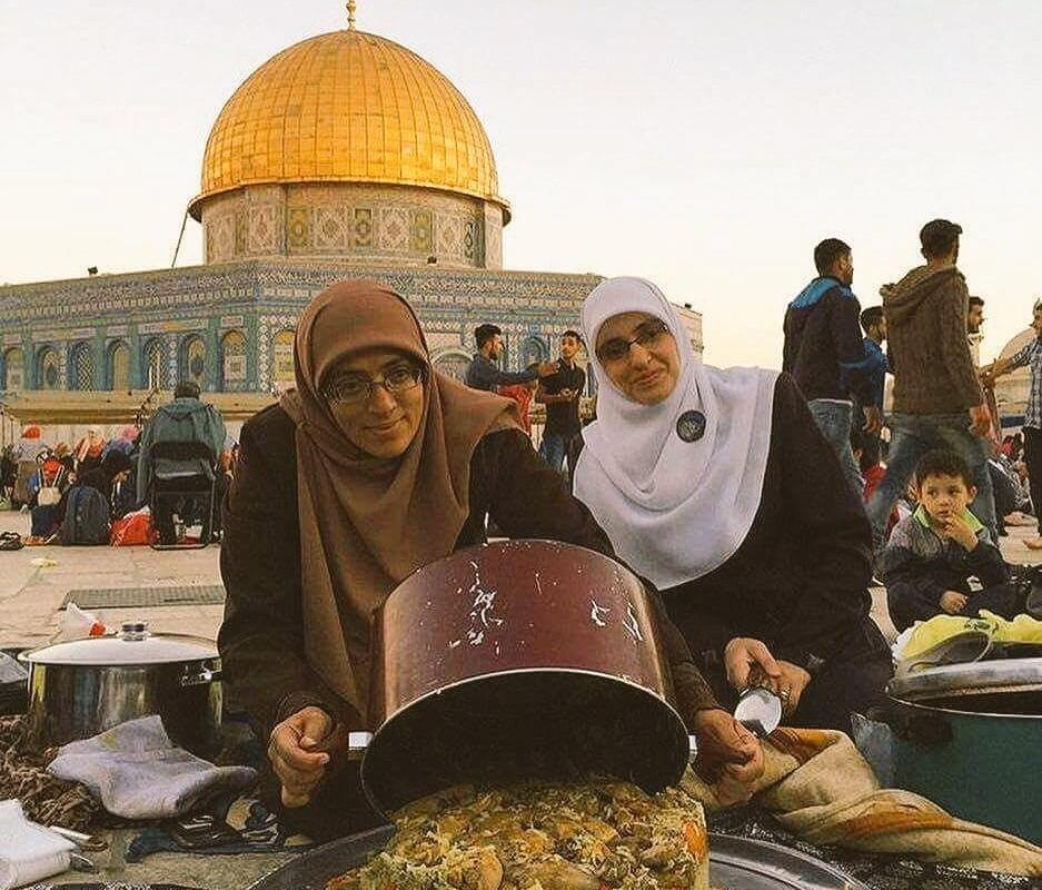 Palestinian women cooking for people who stayed at Al-Aqsa compound [Nasser Atta/Twitter]