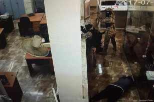 Armed gang storm the National Bank of Yemen's Mansoura branch in Aden in an attempted robbery on 14 July 2017 [Demolinari/Twitter]