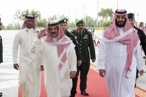 King of Bahrain Hamad bin Isa Al Khalifa (L) meets Saudi Crown Prince Mohammad bin Salman al-Saud (R) in Jeddah, Saudi Arabia on August 1, 2017 [Bandar Algaloud / Saudi Royal Council / Handout - Anadolu Agency ]